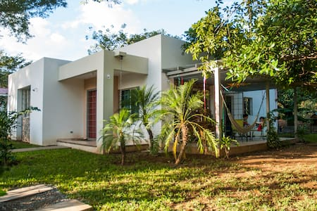 Abundant green, fully-equipped house baby-friendly - Managua