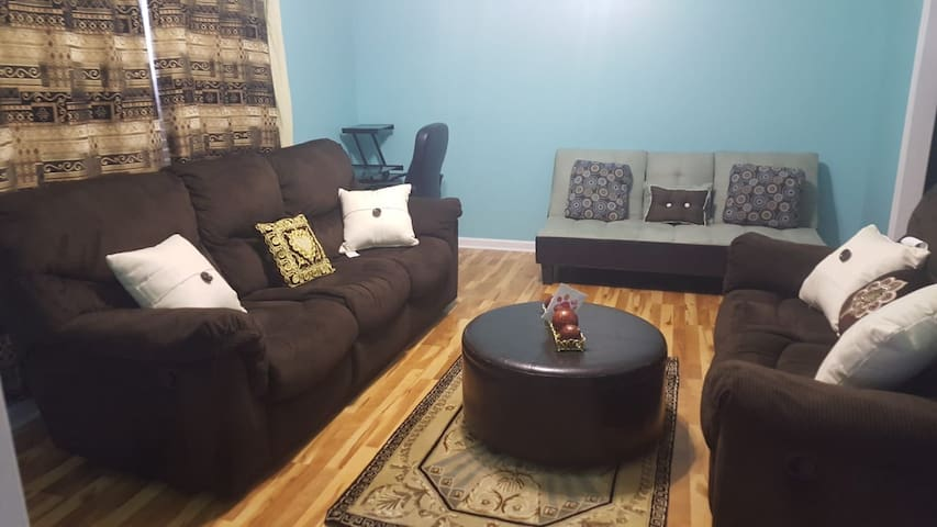 Cozy & Comfortable Home, 10 minutes to Downtown!