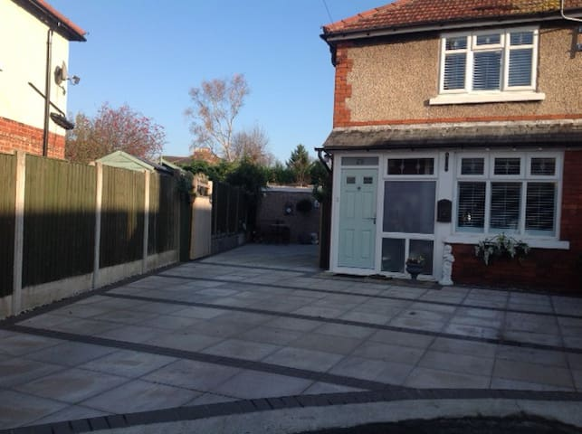 Refurbed high spec home. 5 min walk to Knutsford