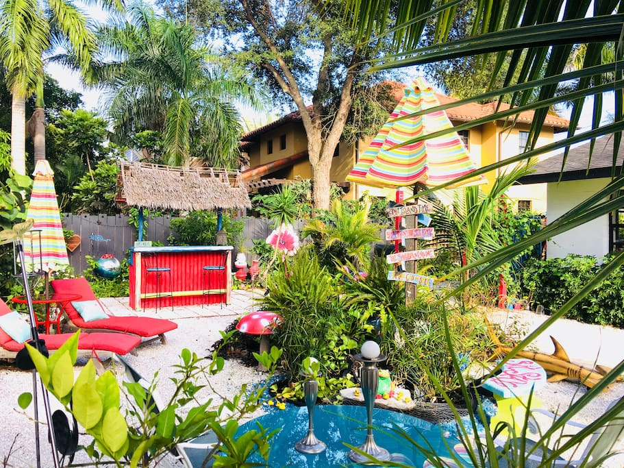 Courtyard has plenty of seating at café table, tiki bar &  lounge chairs