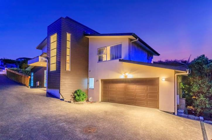 Large House in Albany, Browns Bay Beaches, Stadium - Auckland - House