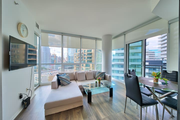 Yorkville Toronto Luxury Level 1BR + 1BTH Suite