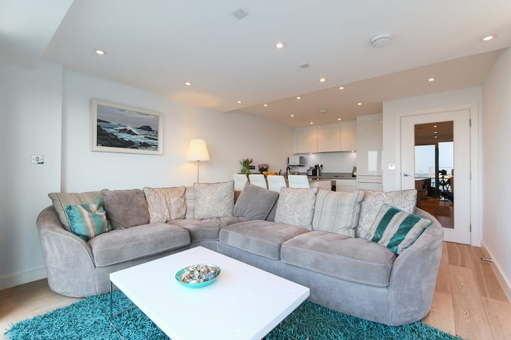 5* Contemporary Seafront Apartment with parking