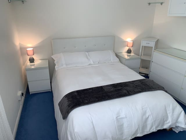 Large Double Room/Smart TV/Private Parking