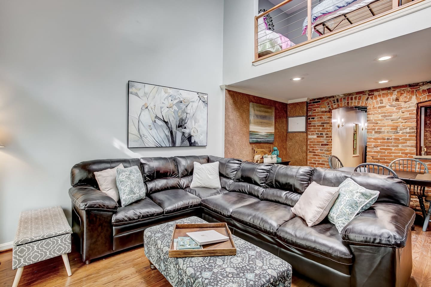 Come in and relax before or after discovering Baltimore in this modern, astonishing loft! This will be perfect for you and your group to stay in this historic area of town. Enjoy great nearby restaurants, bars, and nightlife!