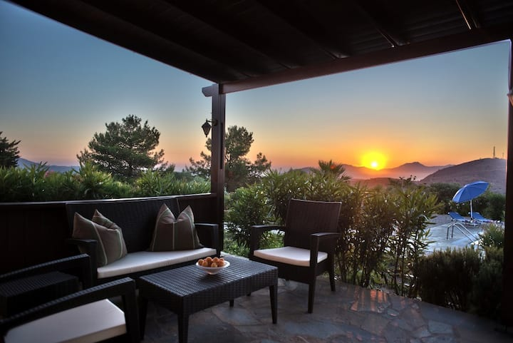 Villa with pool, secluded, stunning view, peaceful