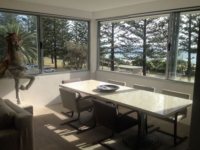 Burleigh  Beachfront Designer Pad - Burleigh Heads - Apartemen