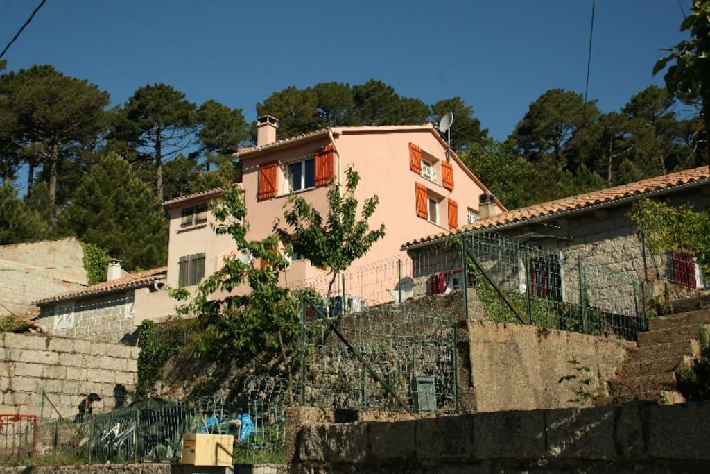 C'est une maison rose dans le village de l'Ospédale
