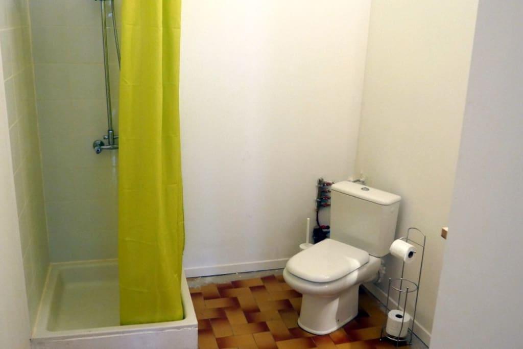 Salle de bain privée avec WC, douche, lavabo