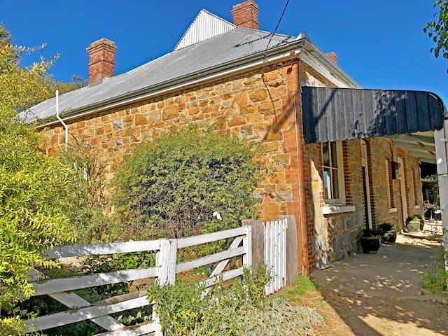 The cottage dates back to 1864. It started life as the Flag Hotel and was famously held up by Ben Hall the bush ranger!
