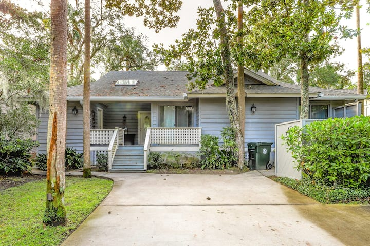 Shaded, lake view home w/deck & screened porch-near beach, dogs OK!