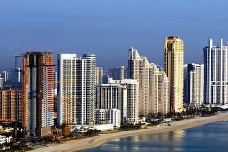 Twin beds with privite bathroom. - Sunny Isles Beach - Appartement