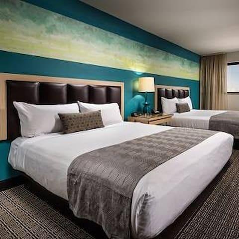 Beautiful 2 Queen Room in the Heart of Freemont St