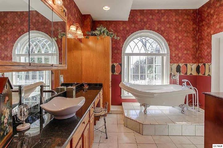 Bella Villa - Elegant Master Suite