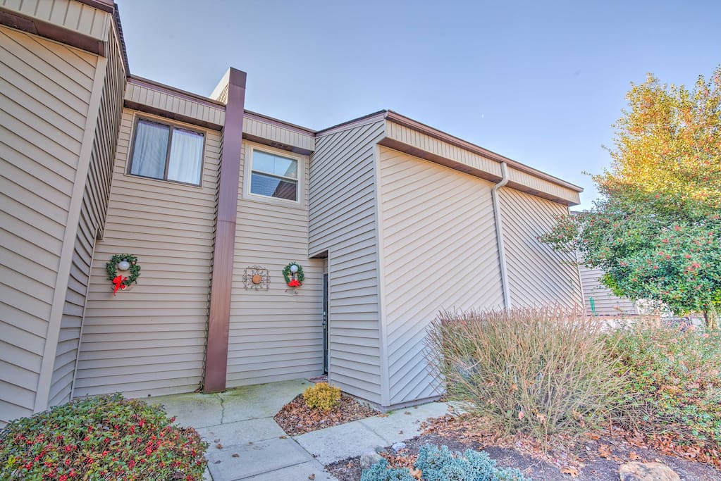 This quaint townhome is located on Lake Catherine!
