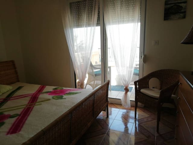 Quality bedroom. With A/C and a perfect view to the endless sea.  Υπνοδωμάτιο με διπλό κρεββάτι και θέα στη θάλασσα.