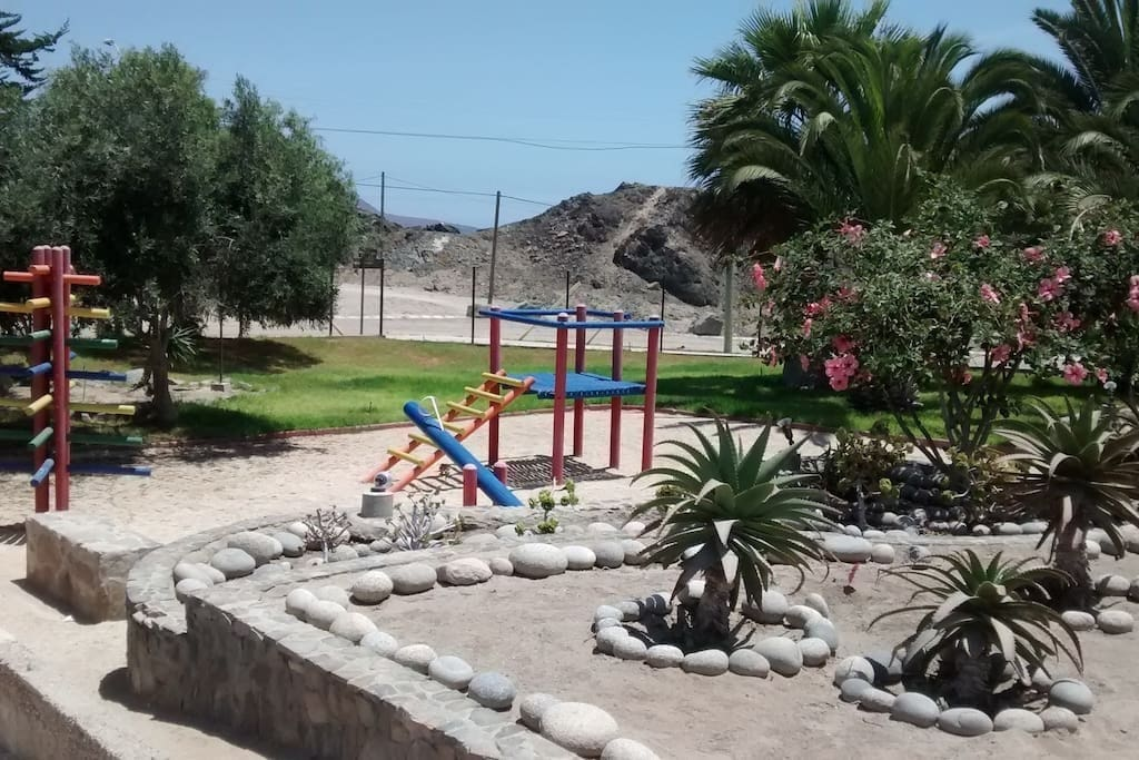Juegos para niños / Kids playground in two different áreas, which includes swings, seesaw etc.