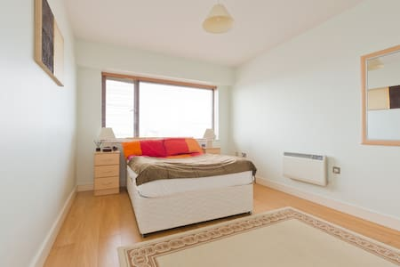 Double bedroom with private bathroom and kitchen - Dublin