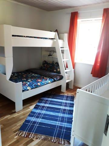 """Barnnsovrummet med familjesäng och babysäng. Sängkläder finns ingår i priset. Kinderschlafzimmer mit einem, für Schweden, typischen """" Familienbett"""" Die Maße sind 1,20 x 2,00 unten und 0,80 x 2,00 oben"""