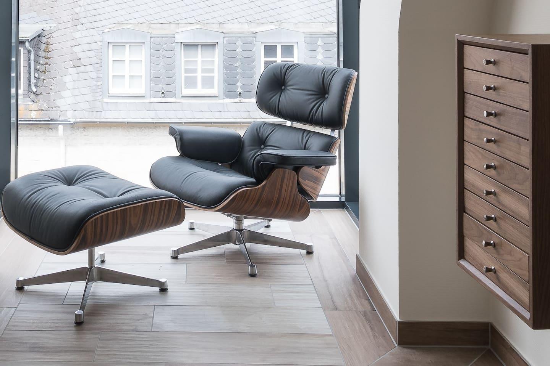 Eames Lounge Chair und Hocker im Erker mit Blick auf die Porta Nigra