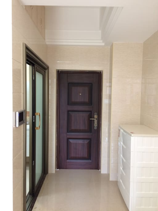 入户门为加厚防盗门,安全隔音。进门处配有PVC五斗柜,方便储物。
