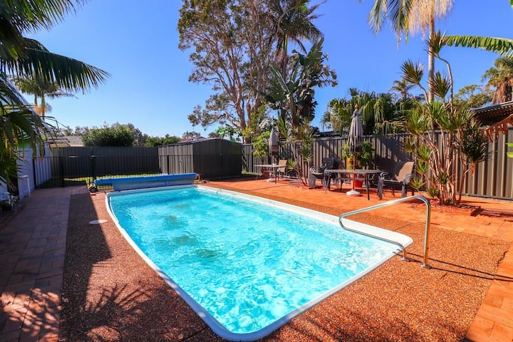 Blacksmiths Sea Breeze-pool and walk to the beach!