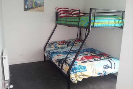 A bedroom on the beach sleeps 3. - Edithvale - 连栋住宅