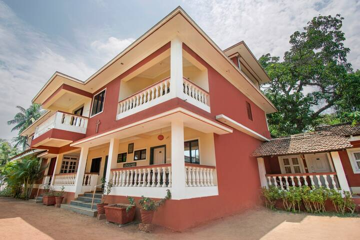 Capacious room for 3, near Calangute Beach/74103
