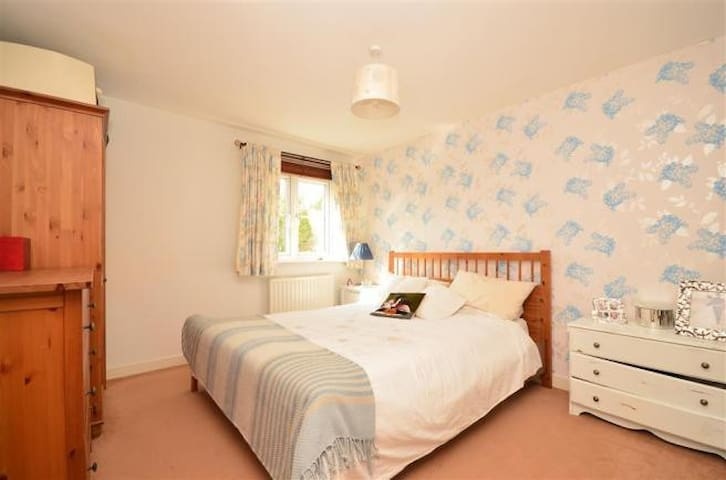 Fully furnished flat   close to town centre &train