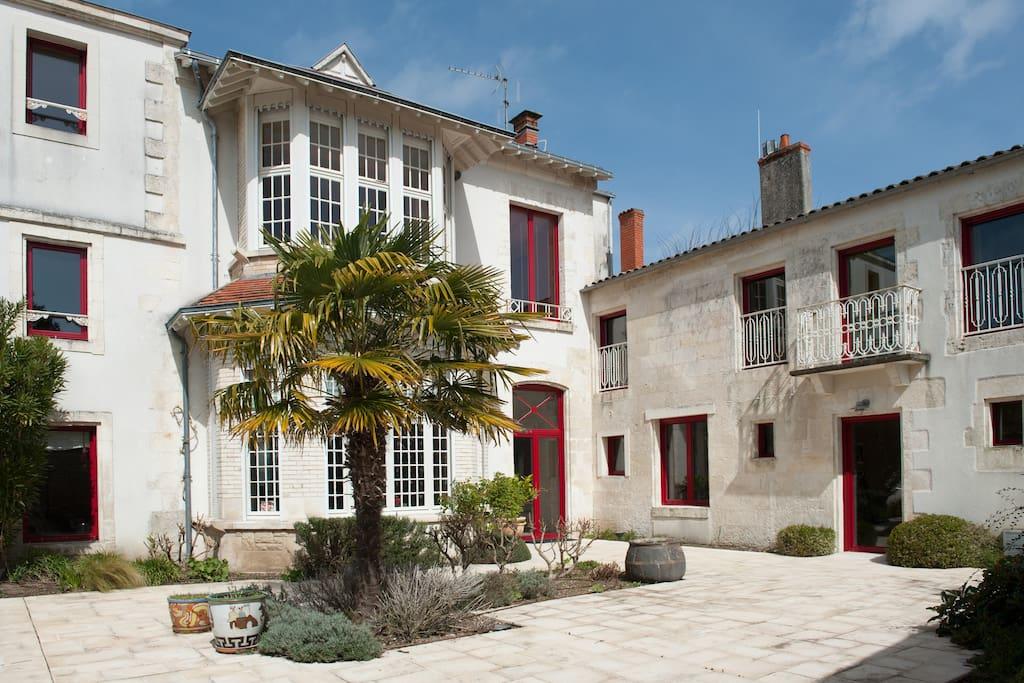 Grande maison avec piscine chauff e villas louer la for Location maison la rochelle avec piscine
