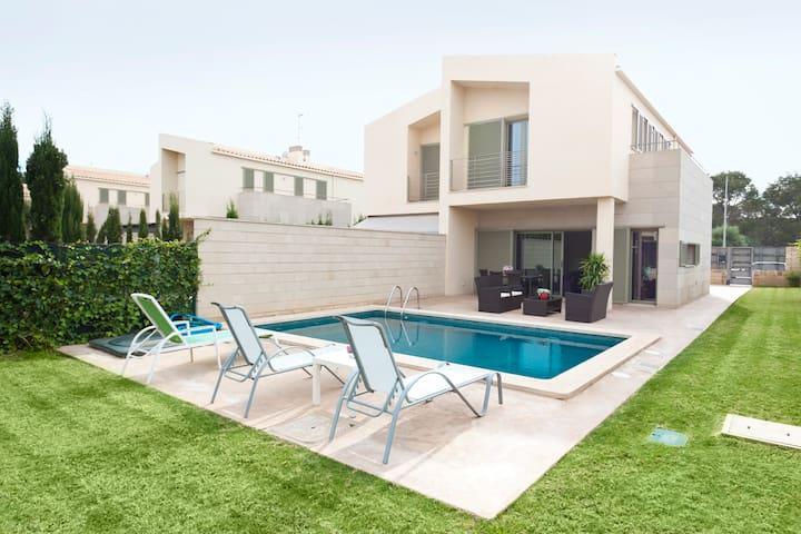 Moderno chalet con piscina privada