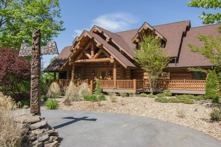 """Bear Paw Lodge"" Luxury in the Smoky Mountains! - Gatlinburg - Cottage"