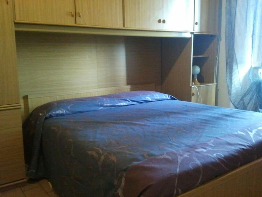 particolare camera con letto matrimoniale e moderno armadio a ponte