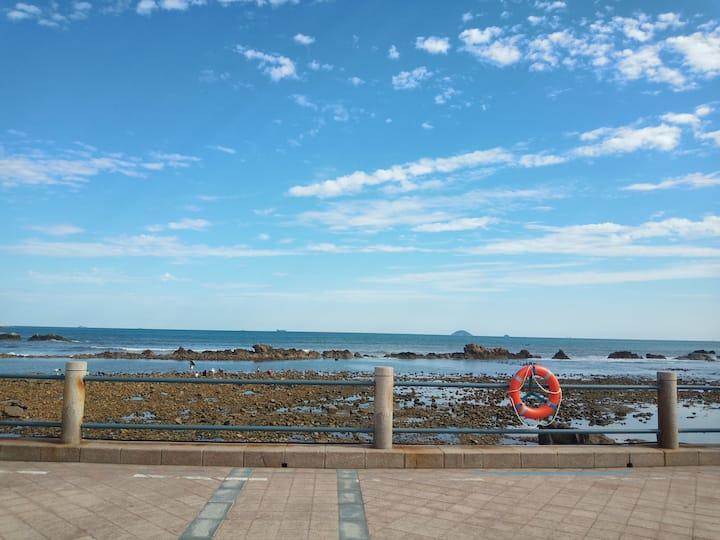海边的房间~独立带卫生间主卧,海边300米,近极地海洋世界、奥帆基地、海大、青大