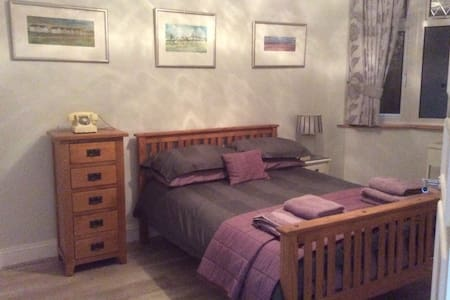 Large sunny double room with en suite shower room. - Shoreham-by-Sea