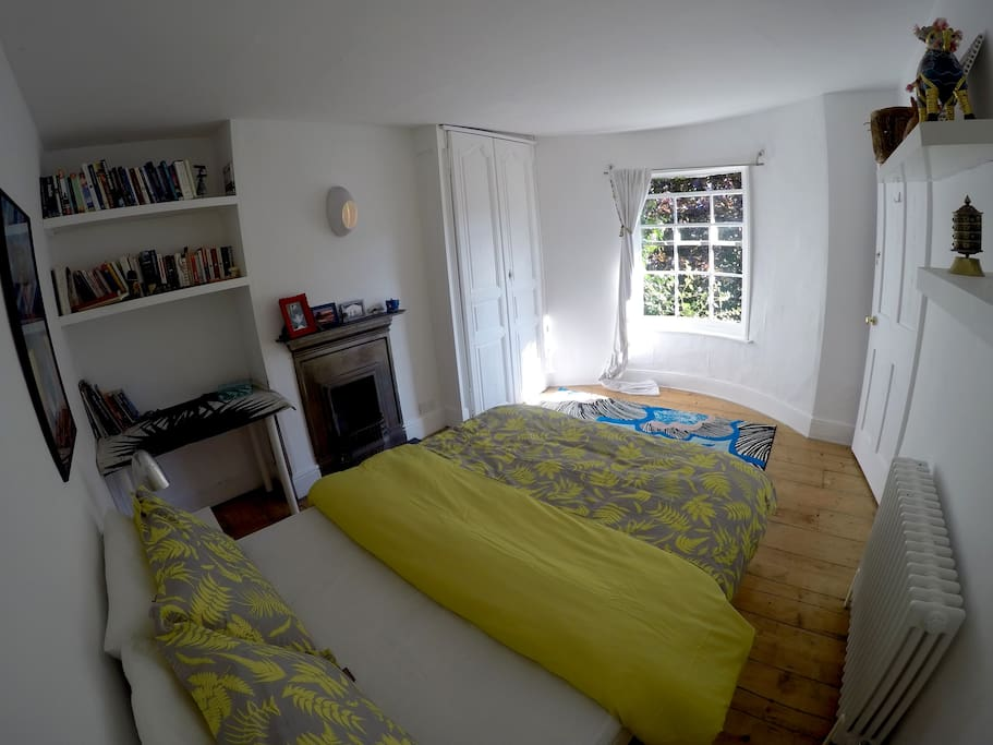 Luxurious double room in the centre of Brighton. At the front of the house, overlooking the garden.
