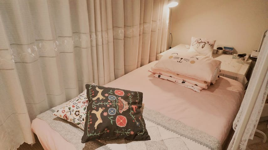 Cosy sofa bed in living room (Girls Only) - Carlton - Appartamento