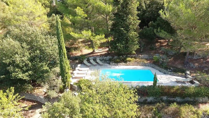 Vue aérienne de la piscine chauffée et au sel de Charm'In Provence Les Jardins de Sade à Saumane de Vaucluse