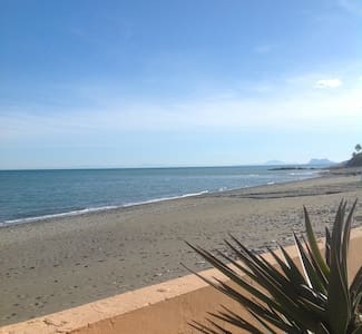 Near Marbella in Estepona - Beach Front Villa - เอสเตโปนา