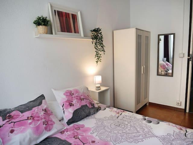 Relaxing Private room, close to Sagrada Familia!
