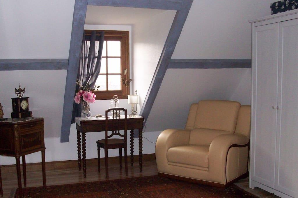 la chambre avec son coin salon