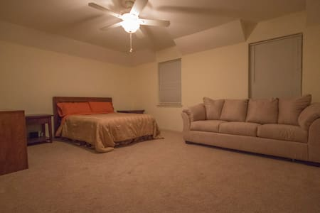 Studio apartment sized room with private bathroom - Houston - Casa