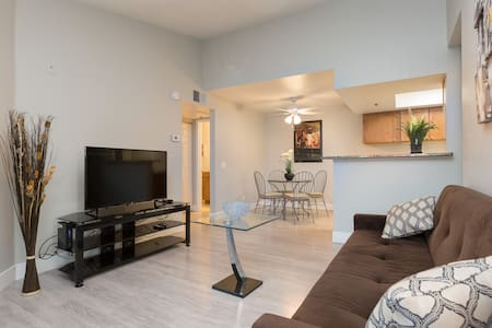 Modern 2BR Next to Strip, 3min walk to Palm, Rio - Las Vegas - Appartement en résidence