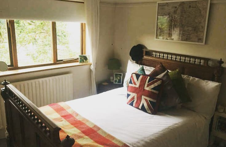 Charming room next to station - London - House