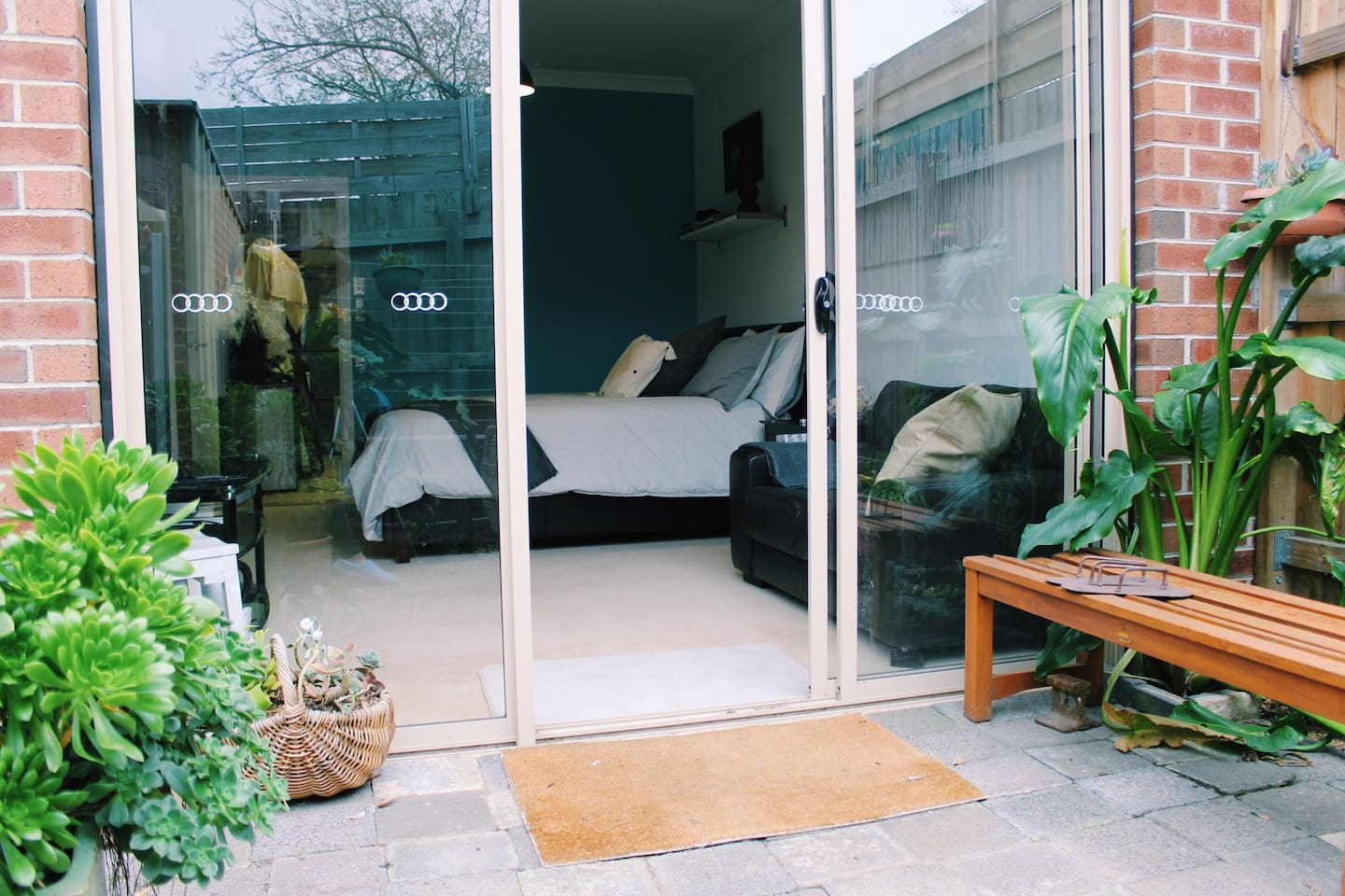 Private Courtyard off your hotel style studio, large spacious room with a lounge and a large TV, DVD. Luxury bedding & soft cushions. Sliding doors onto your beautiful relaxing garden to relax in enjoying the very quiet space listening to the birds.