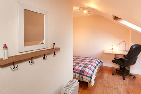 Double Attic room in Victorian hous - Derby