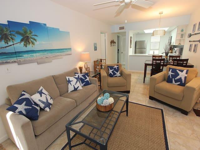 Beach Castle Resort #14: 1 BR / 1 BA Resort on Longboat Key by RVA, Sleeps 4