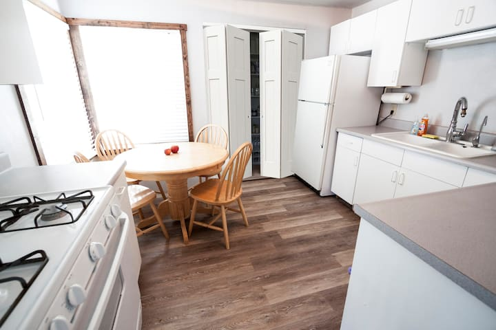Fully equipped kitchen with seating for four