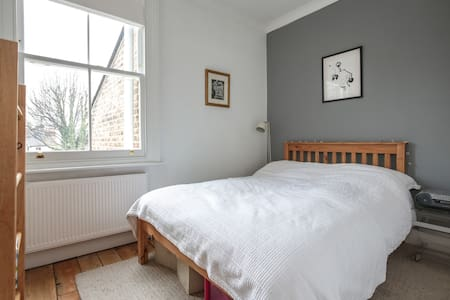 Small double in beautiful home, 10 mins from tube. - London - Hus