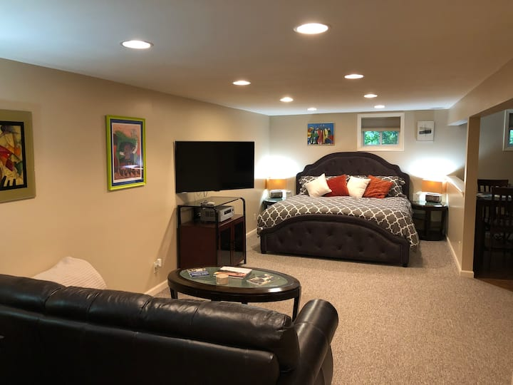 Beautiful king size suite w/ kitchen, close to SU